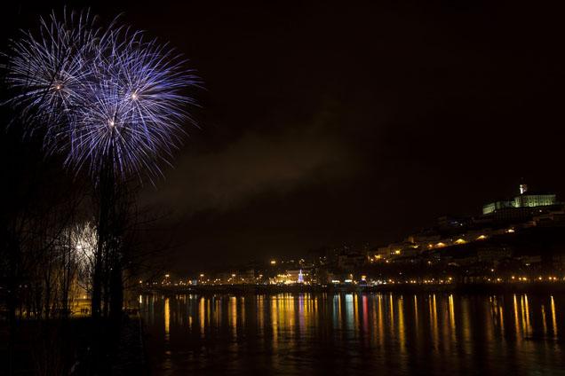 Coimbra, 01/01/2014 - Fogo de artifício ilumina o Rio Mondego e a cidade de Coimbra durante a festa de passagem de ano.( Fernando Fontes / Global Imagens )